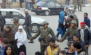 Des soldats égyptiens dispersent les manifestants place Tahrir au Caire le 13 février 2011.
