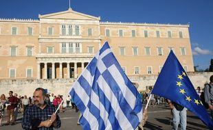 Des manifestants pro-Européens sont rassemblés devant le Parlement, à Athènes, pour demander au gouvernement d'éviter le Grexit, le 22 juin 2015.