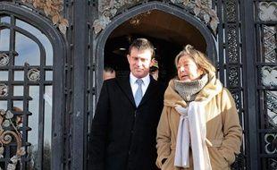 Le ministre de l'Intérieur Manuel Valls a présenté jeudi à Calais (Pas-de-Calais) un plan pour la sécurisation de la ville et une lutte renforcée contre l'immigration irrégulière, qui passe selon lui par une renégociation de la coopération franco-britannique.