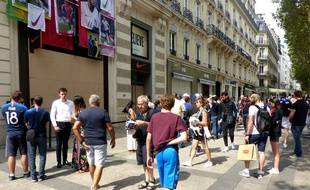 Des fans attendent désespérément leur maillot collector devant la boutique Nike des Champs-Elysées.