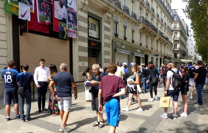 65dc09ee47c Coupe du monde 2018  «J ai vu des palettes de livraison à 5h ce matin»...  Quand les supporters des Bleus enragent devant la boutique Nike des  Champs-Elysées