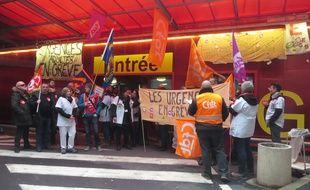Les personnels en grève ont redécoré l'entrée des urgences