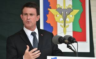 French Prime Minister Manuel Valls speaks at the 43rd BIMA French military compound upon his arrival in Abidjan on October 30, 2016, during the last leg of his West African tour.   / AFP PHOTO / ISSOUF SANOGO