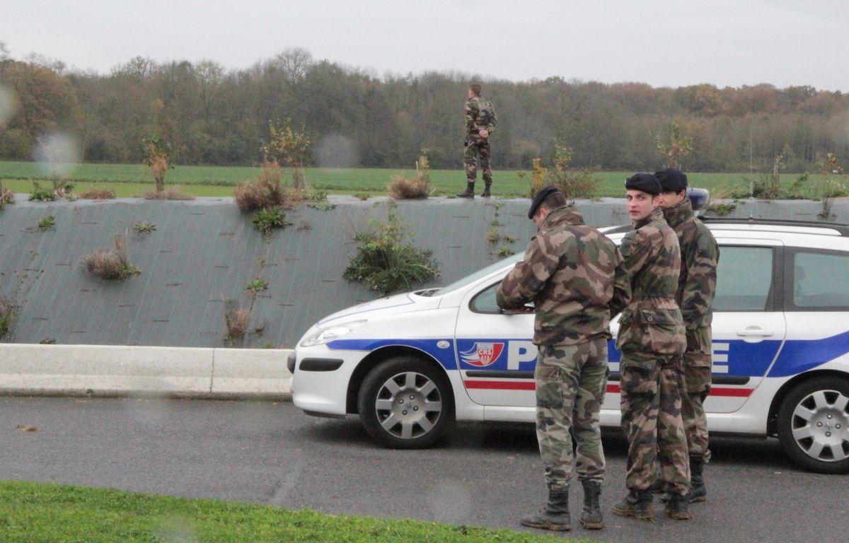 Les recherches pour retrouver le «tigre» en liberté vendredi 14 novembre où l'animal avaita été aperçu à côté d'une station service. – William Molinié