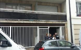 La police bouclait l'accès à l'immeuble, rue Le Bua (20e), où un couple a été retrouvé égorgé dans son appartement, ce vendredi.