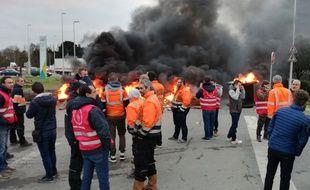 Manifestation de salariés portuaires à l'entrée du port de Nantes-Cheviré, lundi 14 janvier 2019.