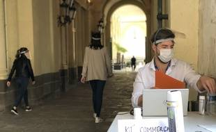 Illustration d'une distribution de masques aux commerçants de Rennes.