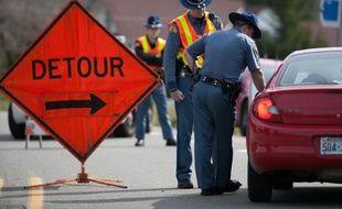 Des automobilistes bloqués le 24 mars 2014 sur l'autoroute 530 à proximité de la communauté rurale d'Oso, au nord-est de Seattle