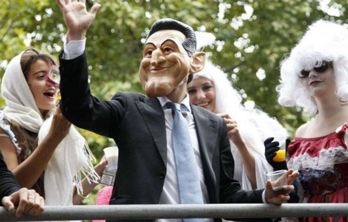 Une personne porte un masque de Nicolas Sarkozy à l'occasion de la Technoparade, le 25 septembre 2010, à Paris. – AP Photo/Francois Mori/SIPA