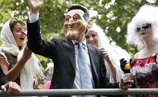 Une personne porte un masque de Nicolas Sarkozy à l'occasion de la Technoparade, le 25 septembre 2010, à Paris.