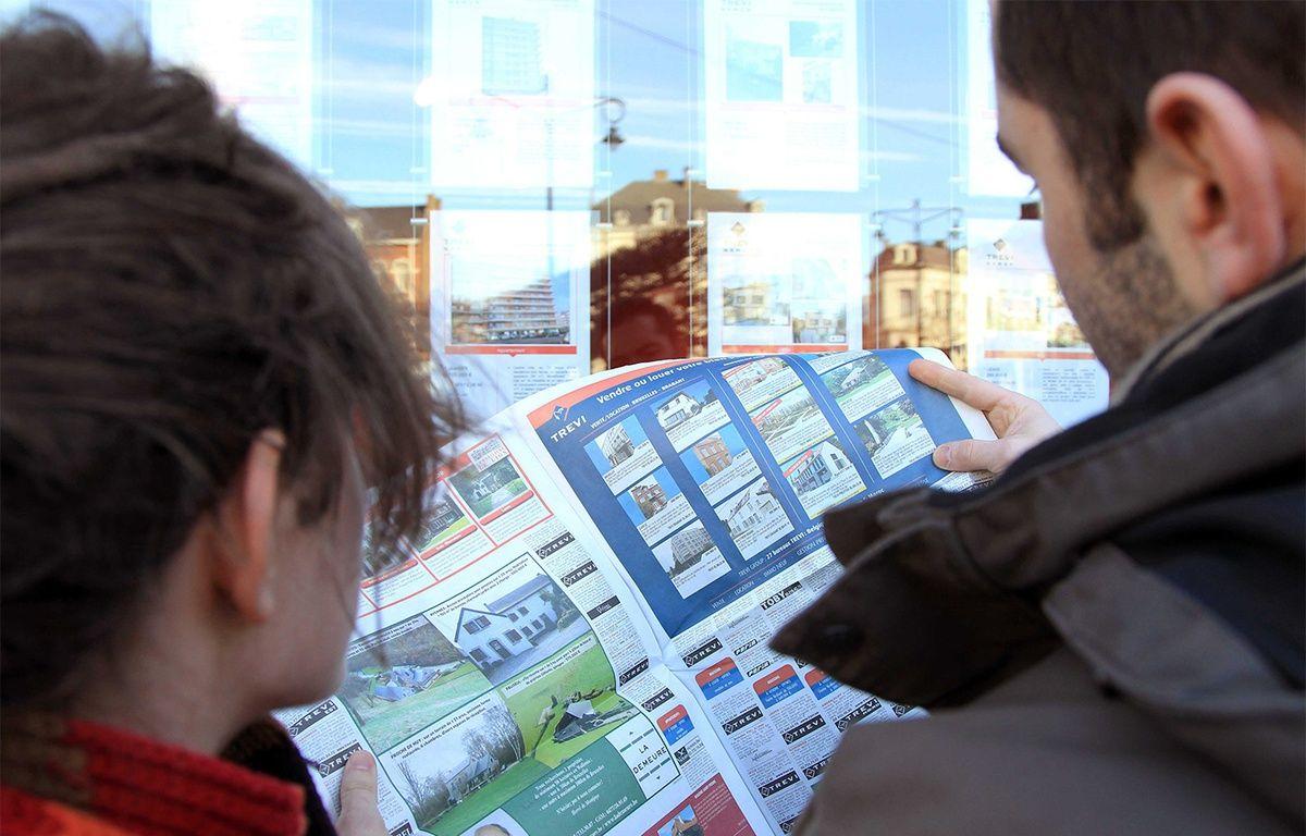 Jeune couple à la recherche d'un bien immobilier, consultant les annonces d'une agence. – CLOSON DENIS/ISOPIX/SIPA
