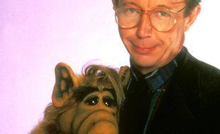 Max Wright pose avec la marionnette de Alf en 1985.