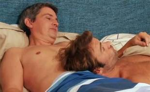 José et Nicolas, dans le même lit, dans l'épisode «Coups de folies» des «Mystères de l'amour».