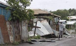 Un habitant de Saint John's, sur l'île d'Antigua, constate les dégâts après le passage de l'ouragan Irma, le 6 septembre 2017.
