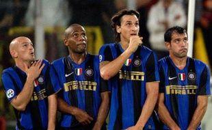 Des joueurs de l'Inter de Milan tentent d'intercepter un coup franc tiré par Francesco Totti de l'AS Roma lors d'un match comptant pour le championnat italien, le 19 octobre 2008.
