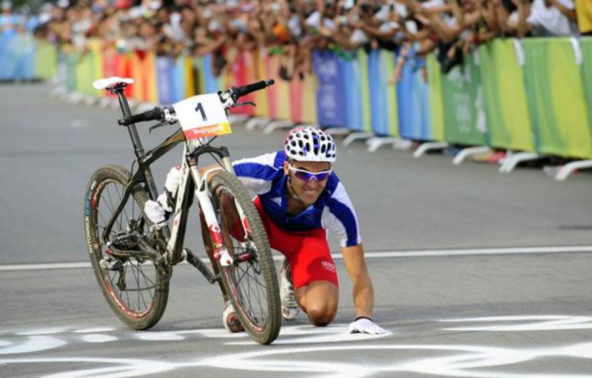 Julien Absalon célèbre son deuxième titre olympique, le 23 juin 2008 à Pékin (Chine). – D.Boylan/REUTERS