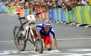 Julien Absalon célèbre son deuxième titre olympique, le 23 juin 2008 à Pékin (Chine).