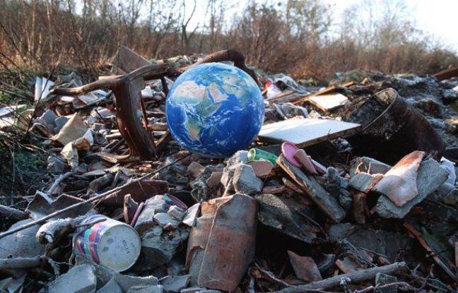 Un globe terrestre au milieu d'une décharge.