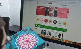 Un internaute effectue un achat en ligne (Illustration).