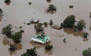 Des civils ont trouvé refuge sur le toit d'un bâtiment à Beira, au Mozambique, après le passage du cyclone Idai.