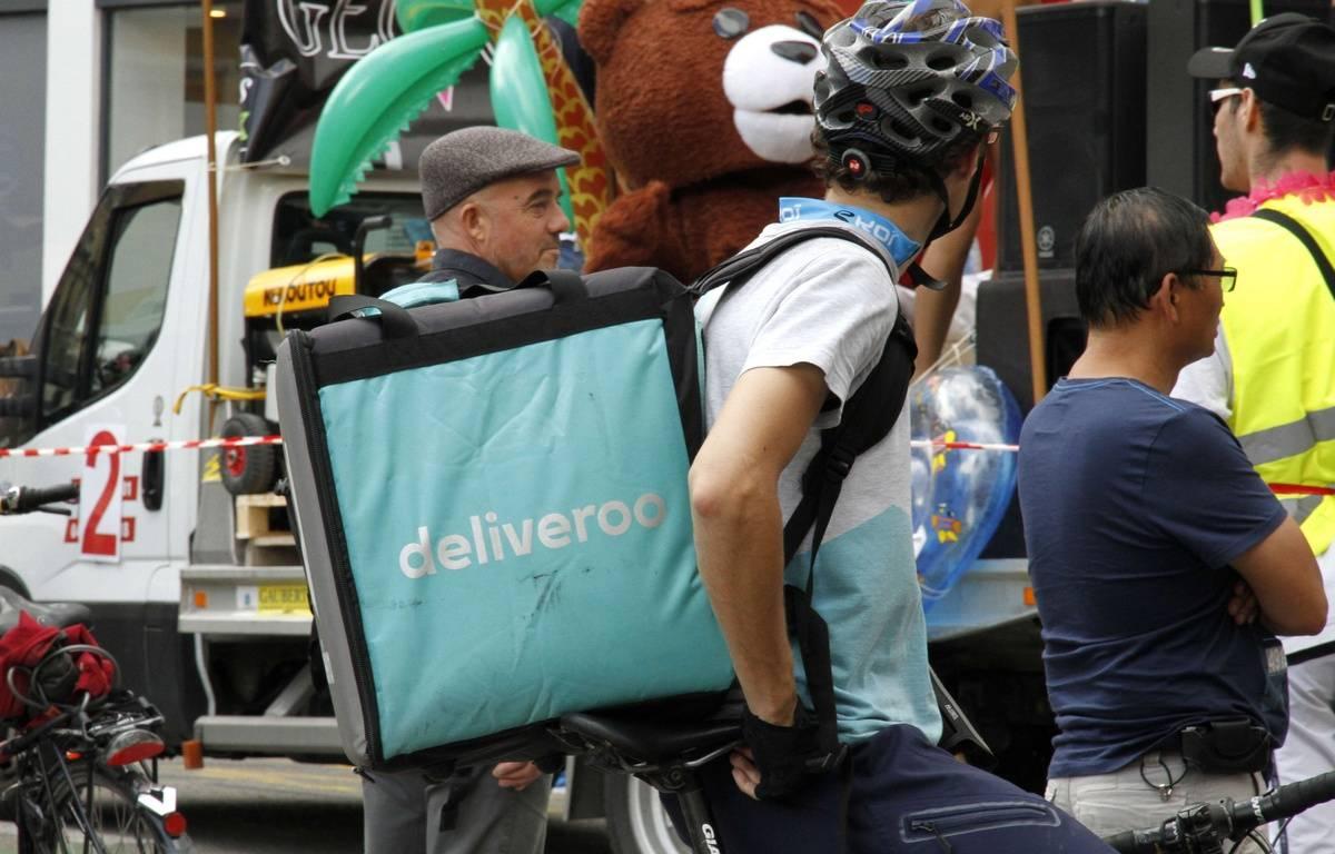 Un livreur Deliveroo à Grenoble, le 3 juin 2017. –  XAVIER VILA/SIPA