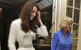 Kate, désormais duchesse de Cambridge, et Camilla, duchesse de Cornwall, s'apprêtent à rejoindre Buckingham Palace pour la soirée, le 29 avril 2011 à Londres (Grande-Bretagne).