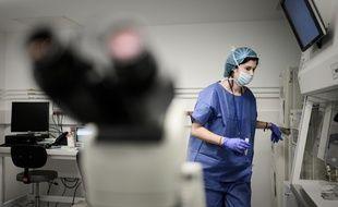 Une femme dans un hôpital, ici à Thenon, à Paris. (illustration)