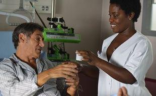 Gérard Lanvin et Claudia Tagbo dans le film Bon rétablissement
