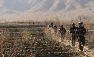 Trois hommes portant des uniformes de la police afghane ont tué un soldat de la Force internationale de l'Otan (Isaf) lundi dans le sud de l'Afghanistan, a annoncé l'Isaf.