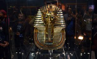 Le masque de Toutankhamon, dont la barbe a été restaurée, est présenté au musée du Caire, le 16 décembre 2015.