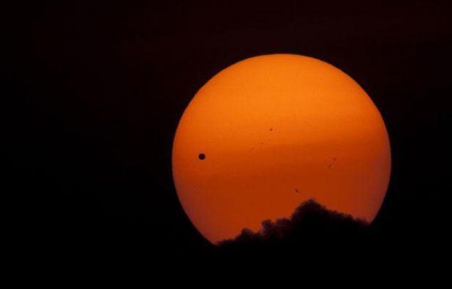 La planète Venus (point noir à gauche) lors de son transit devant le soleil, vue de Katmandou, au Népal, le 6 juin 2012.