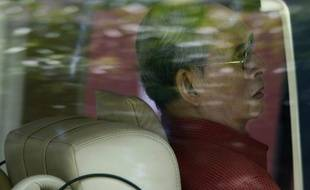 Le roi de Thaïlande, Bhumibol Adulyadej, dans sa voiture à Bangkok, le 10 mai 2015