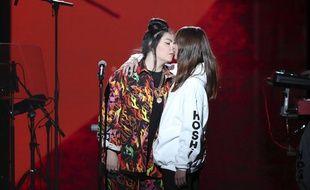La chanteuse Hoshi a embrassé sa compagne Gia Martinelli pendant sa prestation aux Victoires de la musique.