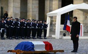 Emmanuel Macron regarde le cercueil de l'académicien Jean d'Ormesson pendant l'hommage national qui lui a été rendu aux Invalides le 8 décembre 2017.