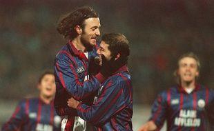 Christophe Dugarry et Zinedine Zidane fêtent un but contre le Milan AC, en avril 1996, à une époque où Joachim Fernandez évoluait avec eux aux Girondins de Bordeaux.