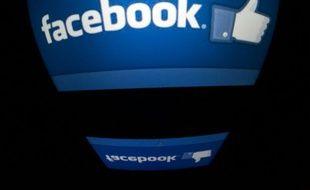 """Le logo """"Facebook"""" sur un écran de tablette, le 4 décembre 2012 à Paris"""