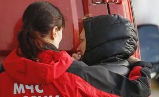 Une médecin russe réconforte une proche d'un passager de l'Airbus A321 qui s'est écrasé dans le Sinaï égyptien à l'aéroport de Saint-Pétersbourg, le 31 octobre 2015.
