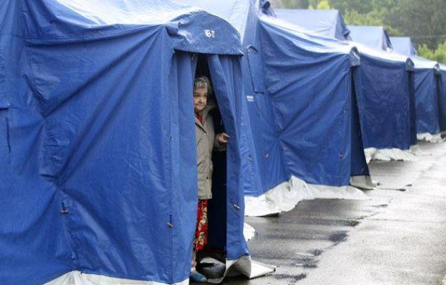 Une femme sort d'une tente dressée par les secours pour accueillir les rescapés après le tremblement de terre, à Finale Emilia, en Italie, le 21 mai 2012.