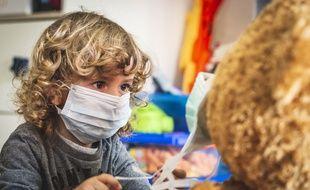 Illustration d'un enfant portant un masque chirurgical.