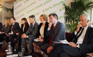 Les maires de Milan , Athènes, Stockholm, Vancouver, Paris, Rio de Janeiro, Madrid et Copenhague réunis pour le Sommet des élus locaux sur le clmat, le 3 décembre 2015 à Paris.