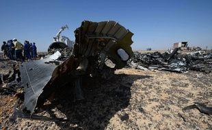 Des experts russes sur les lieux du crash d'un avion dans le Sinaï, le 2 novembre 2015.