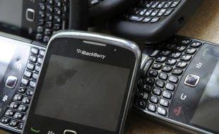 L'avenir du groupe canadien RIM, fabricant du téléphone multimédia BlackBerry, s'est encore assombri jeudi avec l'annonce de résultats nettement inférieurs aux attentes, d'au moins 5.000 suppressions d'emplois et du report du lancement de son nouveau système d'exploitation.