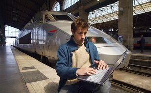 Le wifi, gratuit pour l'usager, sera financé par la publicité. Ici, lors d'une expérimentation à la gare du Nord le 9 avril 2003.