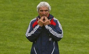 Le sélectionneur de l'équipe de France, Raymond Domenech, lors d'un match contre les Iles féroé, le 12 août 2009 à Torshavn.