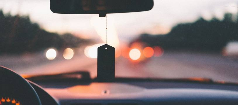 Illustration de l'intérieur d'une voiture sur une route