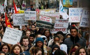 Des jeunes manifestent à Paris contre le projet de loi travail, le 9 mars 2016