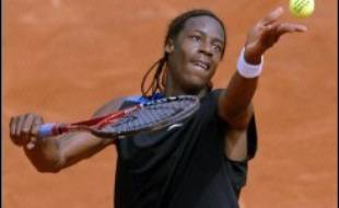 Le Français Gaël Monfils, tête de série N.25, s'est qualifié dimanche pour les huitièmes de finale du tournoi de tennis de Roland-Garros en battant l'Américain James Blake (N.8) en cinq sets 6-2, 6-7 (2/7), 7-6 (7/1), 5-7, 6-4.