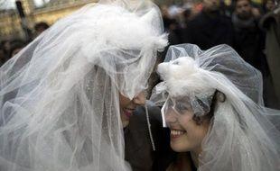 Les Français sont plus nombreux à se dire favorables au mariage homosexuel à 63% (contre 60% début janvier) et sont également plus nombreux à approuver l'adoption par des couples du même sexe (49%, +3 points), selon un sondage Ifop pour Atlantico publié samedi.