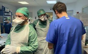Avant de pénétrer dans les chambres de malades du coronavirus, le personnel soignant soit s'équiper soigneusement