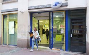 Nantes la mairie critique la fermeture de deux bureaux de poste